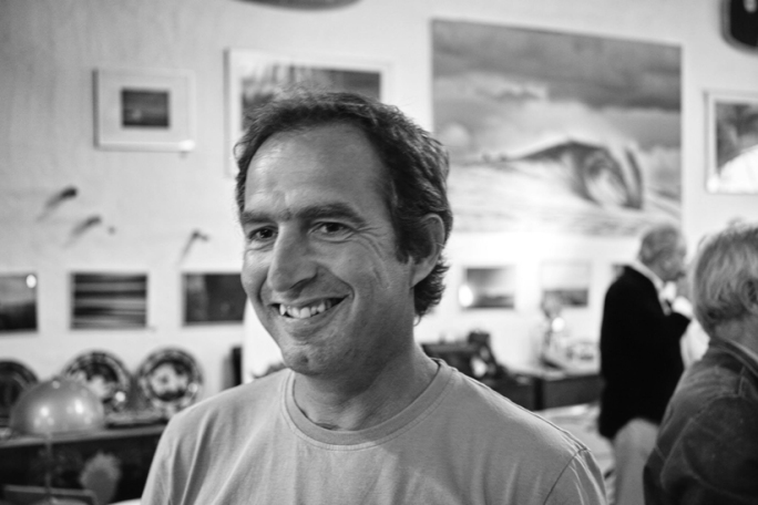 Dieses Jahr hat der renommierte Surf-Fotograf mehrere Foto-Ausstellungen organisiert, u.a. in der Nähe seiner Heimatstadt Portimão.